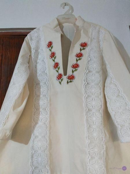 blusa con aplicación de guipiure en talle delantero y mangas