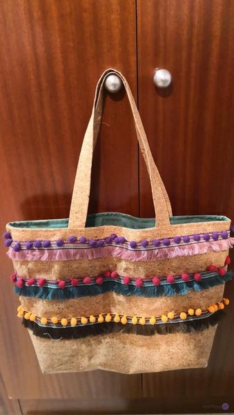 Bolso con tela de corcho y madroños